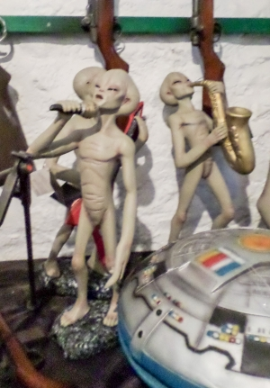 Alien Encounter - Singer 1Ft (JR 1551)