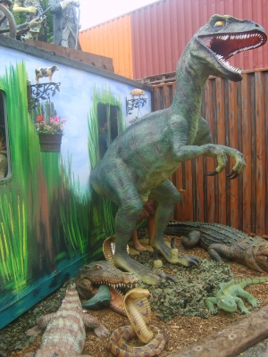 Giant Raptor 10ft tall (JR 1550)