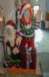Crazy Elves with gifts Photo Op (JR S-168) - Thumbnail 03