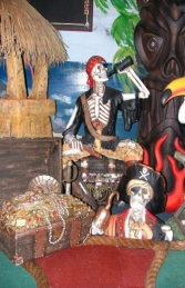 Skeleton Pirate sat on Treasure Chest Life-size (JR FJ)